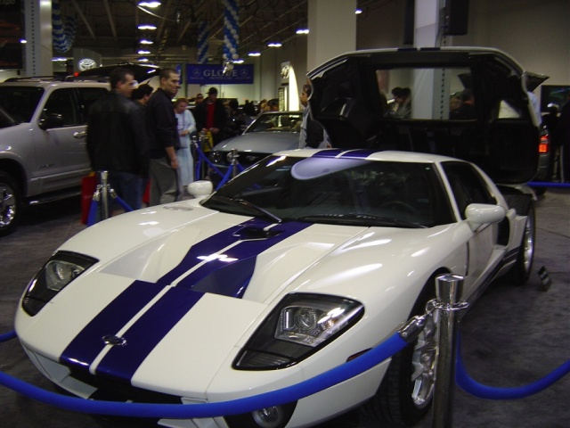 ford-gt-hood-up