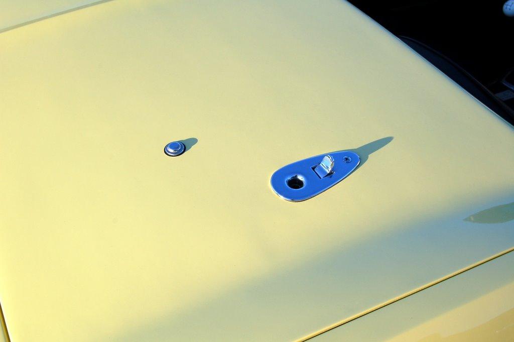 1965-Corvette-Sting-Ray-convertible-latches